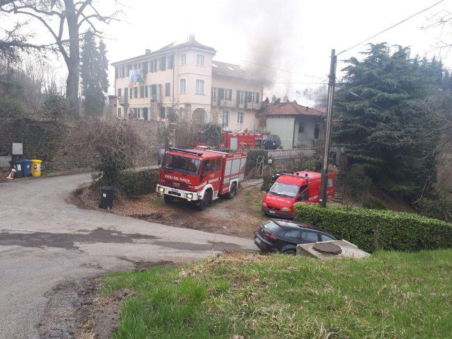 Incendio tetto diverse squadre dei vigili del fuoco sul posto