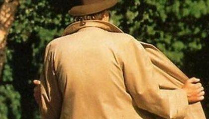 Uomo nudo vicino al campo sportivo, caccia al maniaco