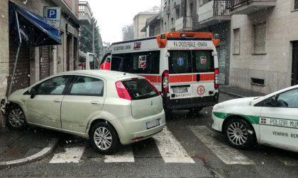 Auto si schianta contro un negozio