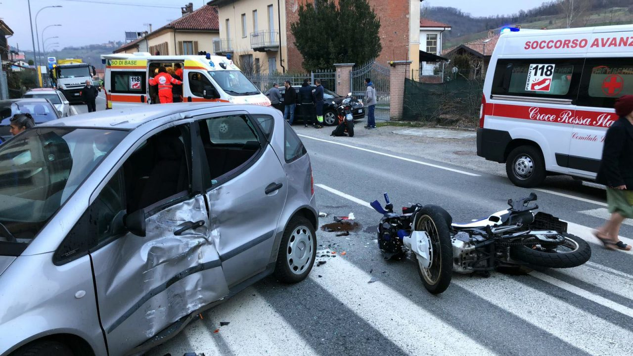 Auto contro moto centauro ferito ECCO CHI E
