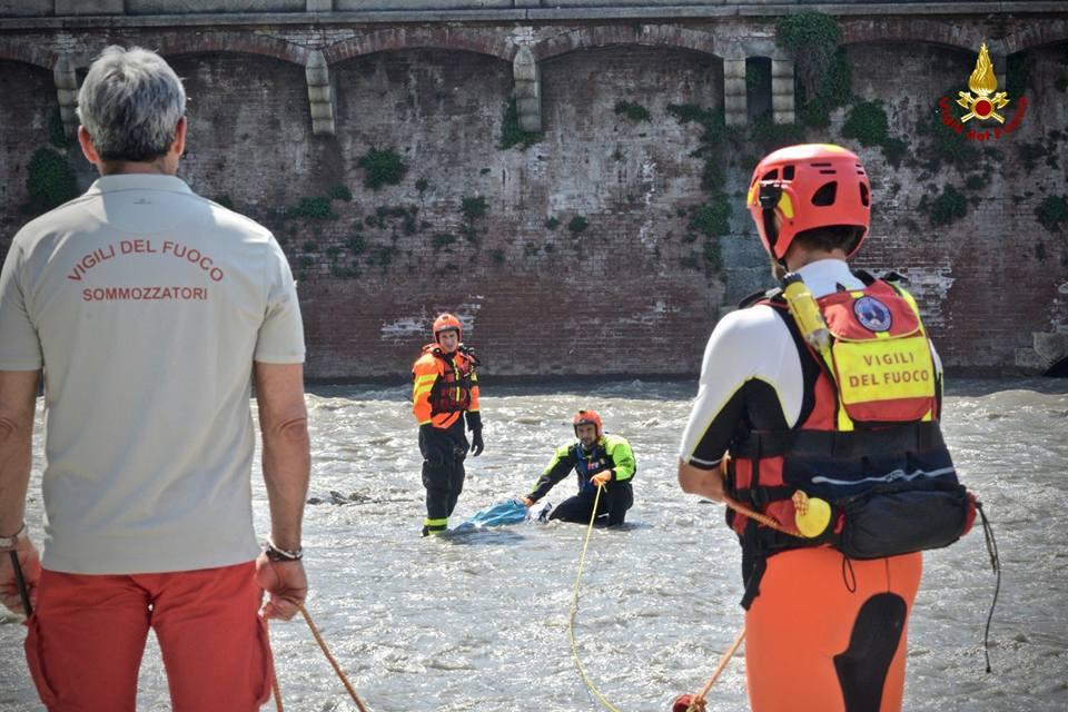 Sacco sospetto in acqua il recupero dei Vigili del Fuoco