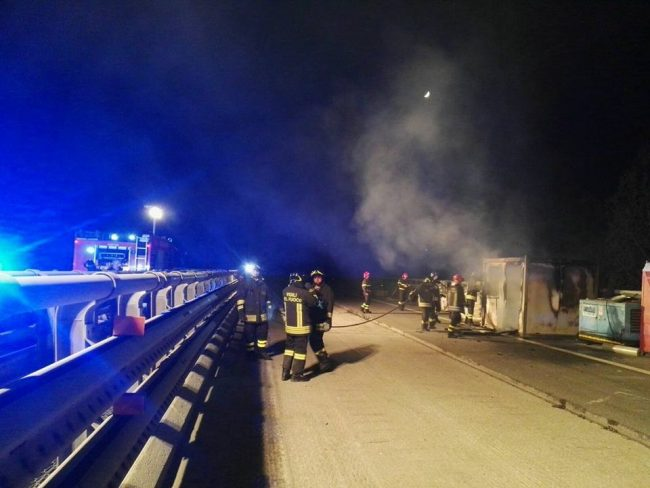 Incendio container in autostrada
