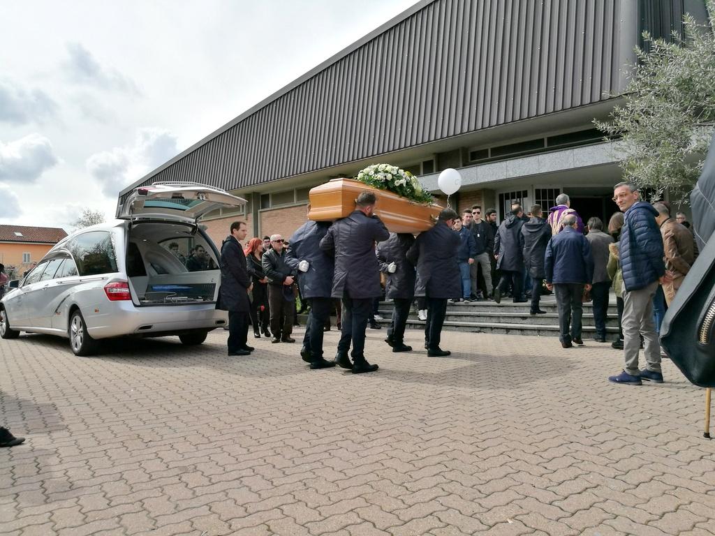Trovato morto alla palazzina Asm oggi i funerali