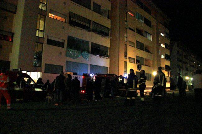 Incendio alloggio evacuata palazzina LE FOTO