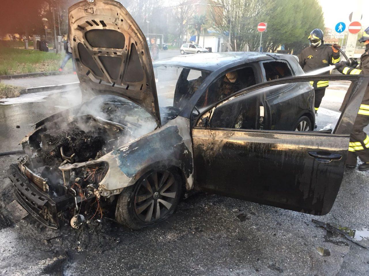 Auto in fiamme salvo per miracolo il conducente
