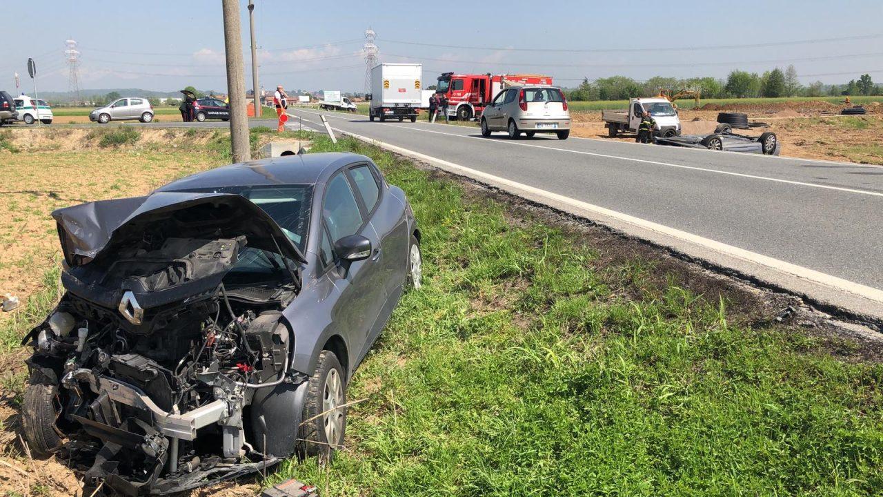 Auto ribaltata sulla statale 26 dopo lo scontro con un'altra vettura lungo la strada statale 26 che collega Chivasso al Canavese. La strada è rimasta chiusa per consentire le operazioni ai soccorritori.
