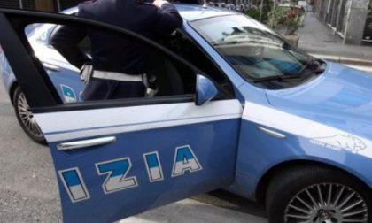 Versa birra sulla macchina della polizia