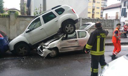 Auto si schianta contro suv parcheggiato
