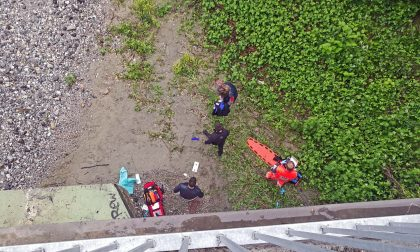 Uomo caduto dal ponte salvato in extremis LE FOTO