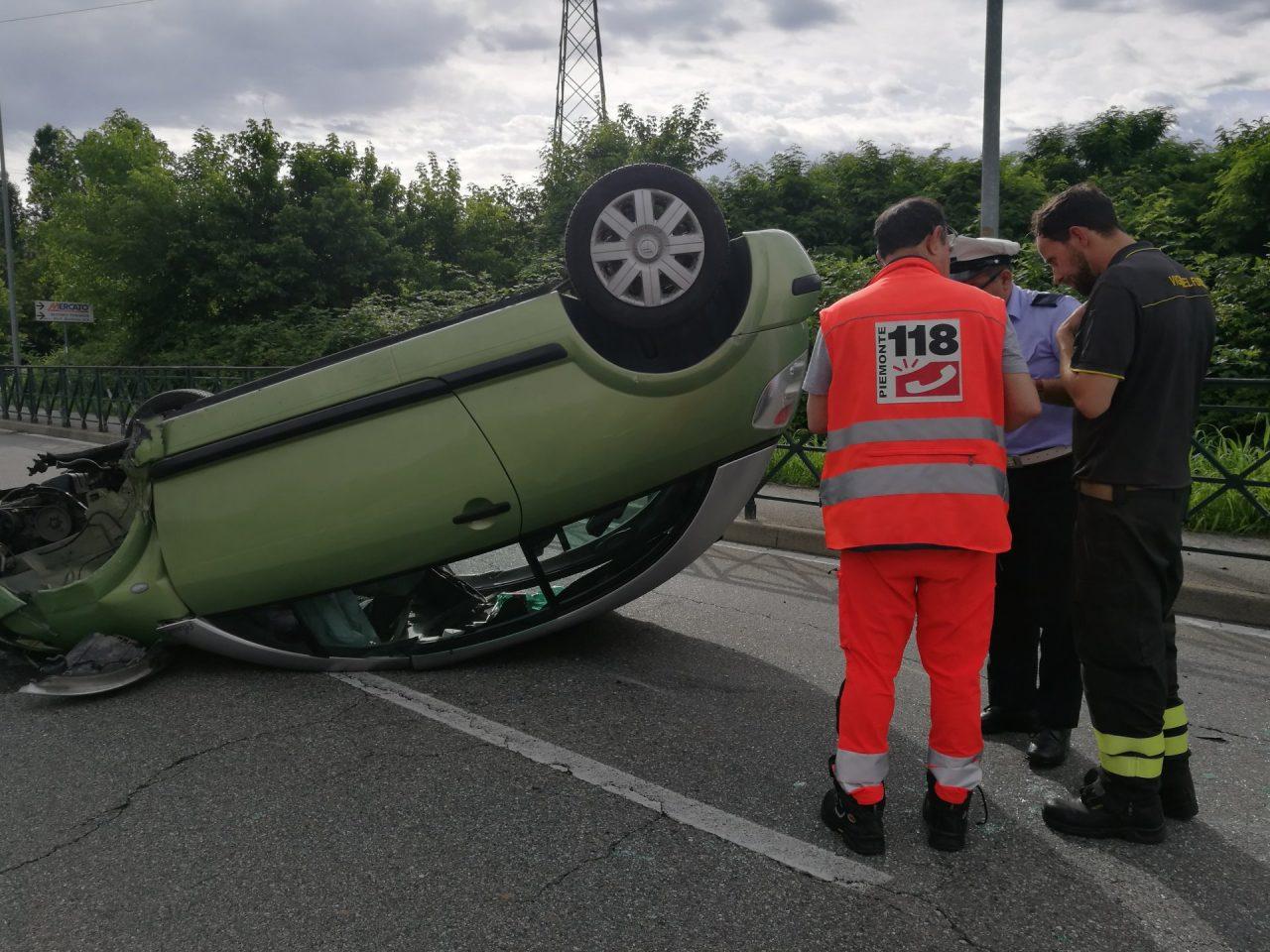 Auto ribaltata traffico in tilt per permettere i soccorsi.