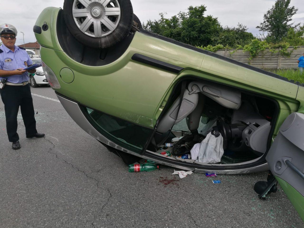 Auto ribaltata ferita una ragazza