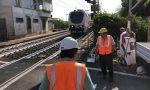Sbarre abbattute ripresa la circolazione dei treni I video