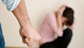 Minaccia e picchia la moglie: 50enne arrestato