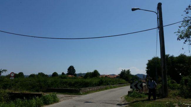 Cavo Telecom sospeso sulla provinciale STRADA CHIUSA