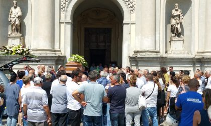 Commerciante morto folla ai funerali