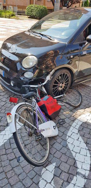 donna travolta in bici
