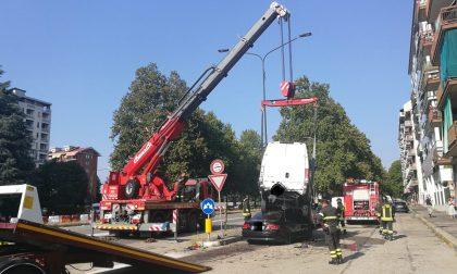 Auto travolge cinque veicoli in sosta, la gru dei Vigili del fuoco per rimuoverla