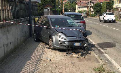 Ragazzo si schianta in auto contro due vetture parcheggiate