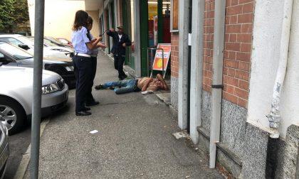 Tre barboni ubriachi si sdraiano davanti al Carrefour FOTO e VIDEO