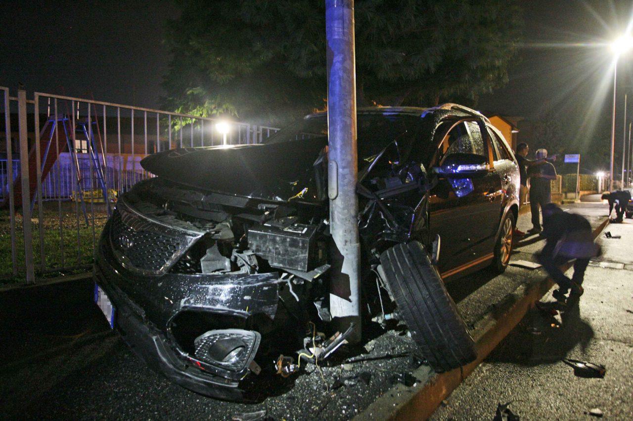 Incidente tra auto, suv contro un palo. Lo scontroall
