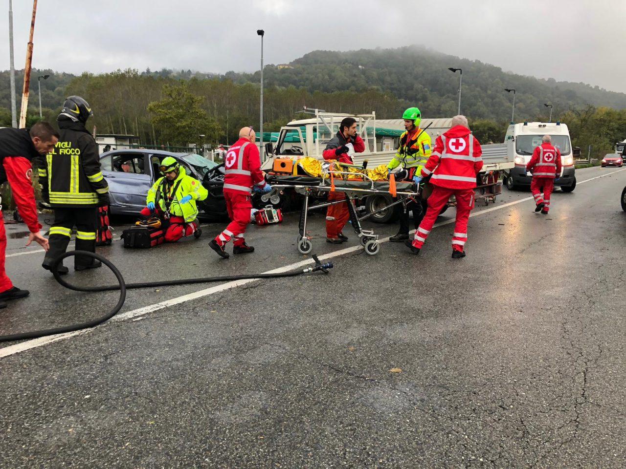 Grave incidente lungo la 590 a San Sebastiano da Po questa mattina, lunedì 5 novembre. Il furgone e l
