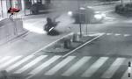 Provoca incidente e scappa: ferito un motociclista e la fidanzata | VIDEO