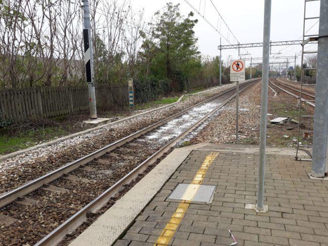 Assurda sfida finisce in tragedia: ragazzo muore sotto il treno