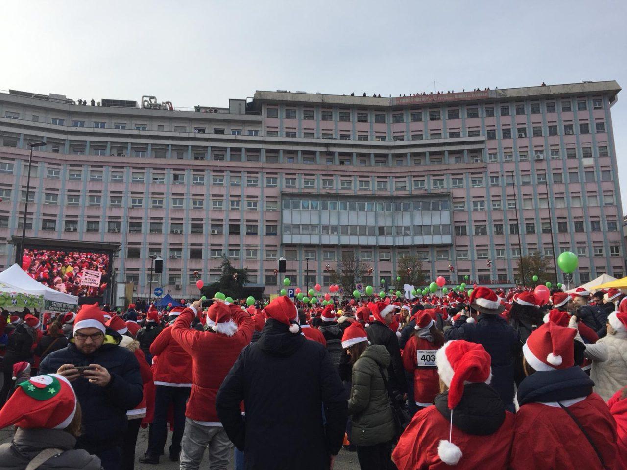 Babbi Natale al Regina Margherita, erano 20mila secondo gli organizzatori coloro che oggi, domenica 2 dicembre, hanno portato un sorriso ai bimbi ricoverati.