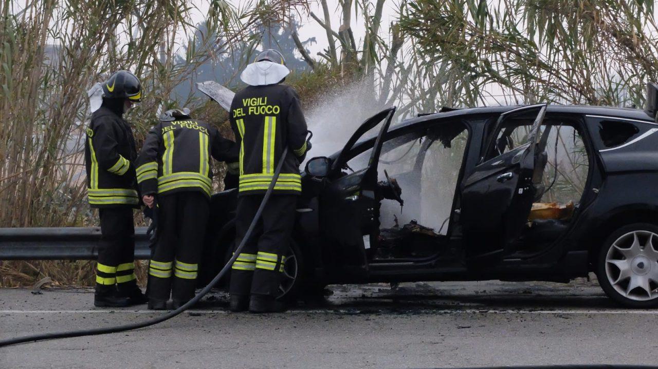 Auto prende fuoco in marcia, i conducenti riescono a mettersi in salvo