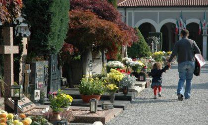 Cimitero, fiori rubati e ragazzi che giocano tra le tombe