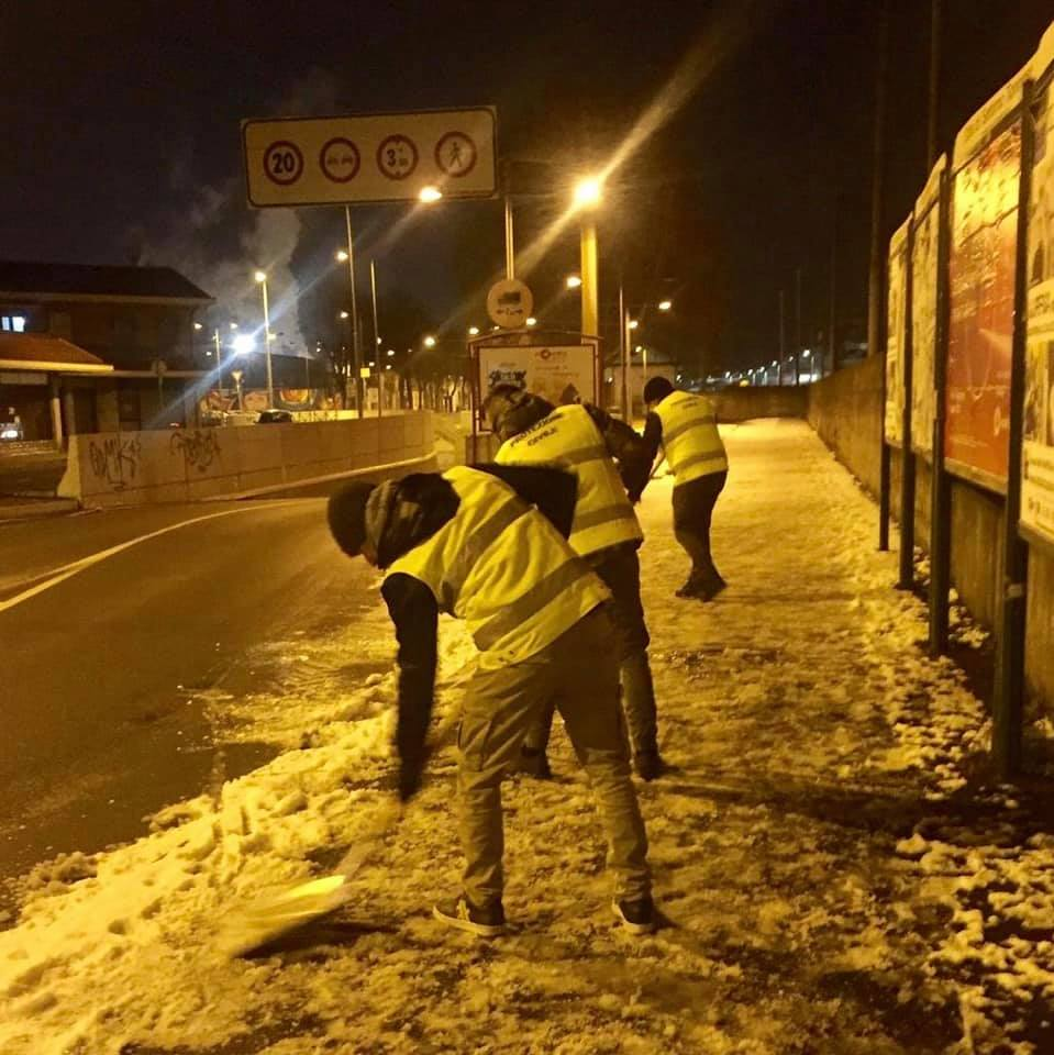 La Salamandra a Settimo: i volontari CasaPound ripuliscono i marciapiedi dalla neve.