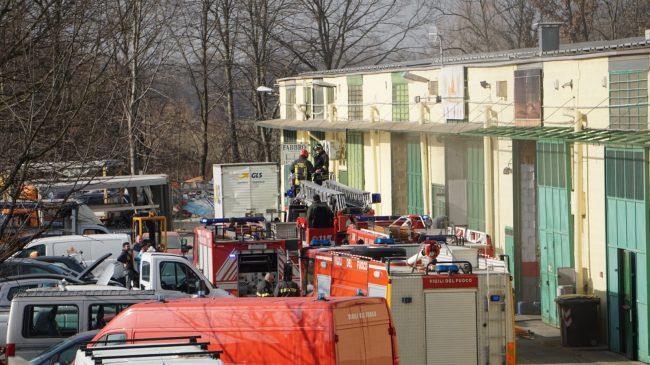 Incendio alla carrozzeria di San Raffaele, fumo visibile in tutta la collina LE FOTO