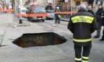 Voragine nella strada: un guasto alla rete idrica apre l'asfalto