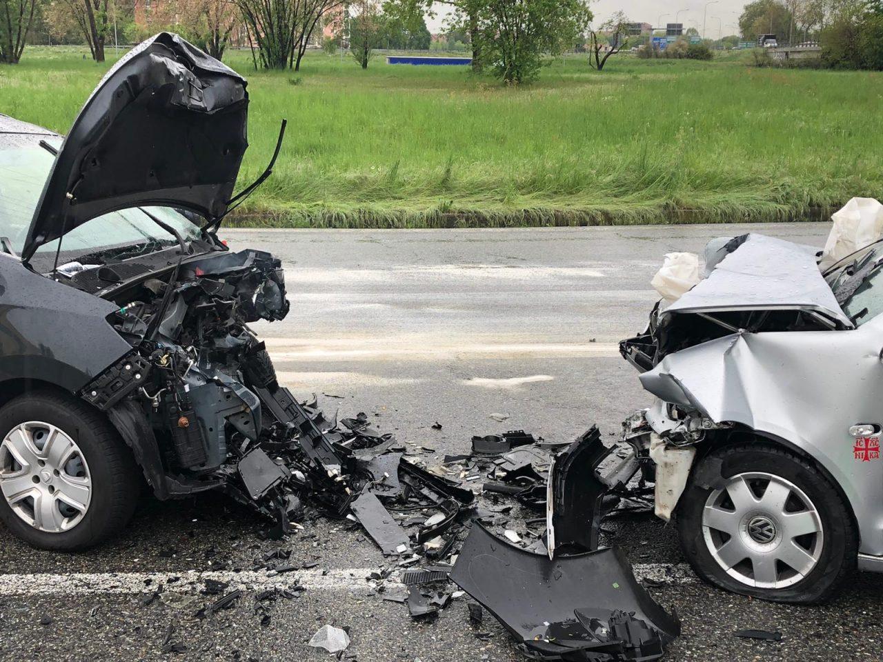 Frontale tra due auto, due feriti e traffico in tilt.