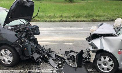 Frontale tra due auto, due feriti e traffico in tilt