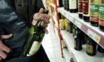 Ladro di liquori in azione con un body da donna