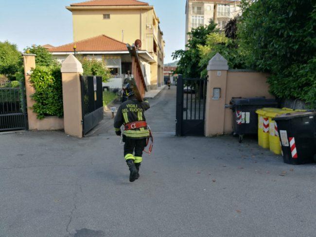 Non apre la porta di casa, soccorritori in azione
