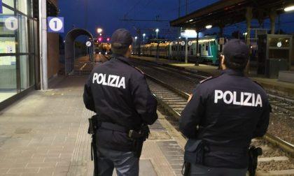 Si aggrappa al treno in movimento, denunciato per interruzione di pubblico servizio