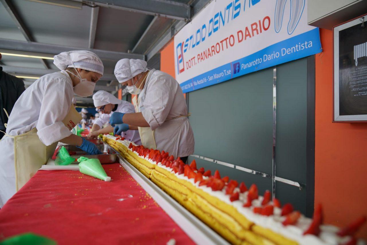 San Mauro ha la torta di fragole più lunga del mondo. La sua realizzazione è avvenuta oggi, domenica 19 maggio 2019 durante la Festa delle Fragole.