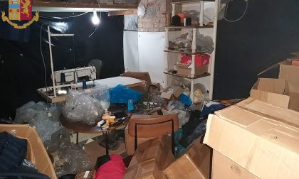 In un box scoperta una fabbrica di abiti e scarpe false LE FOTO