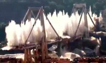 Ponte Morandi non c'è più: il momento della demolizione VIDEO