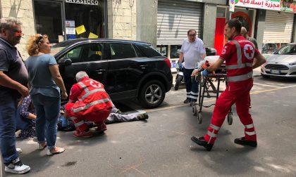 Automobilista si ferma per far passare un pedone e si scontra con una moto