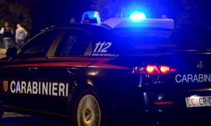 Aggredisce i carabinieri e si taglia