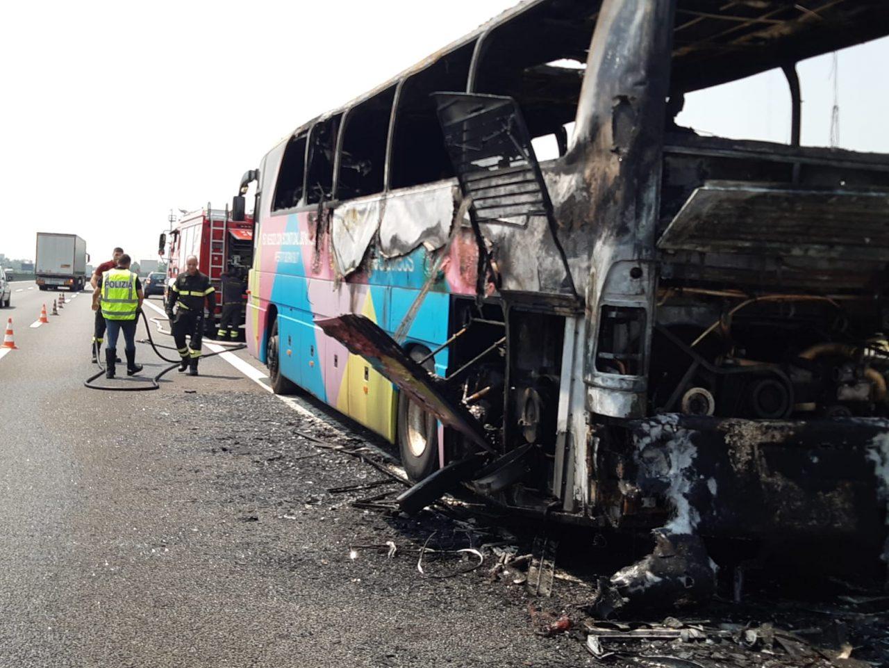 Incendio sulla A4: in fiamme la navetta dell