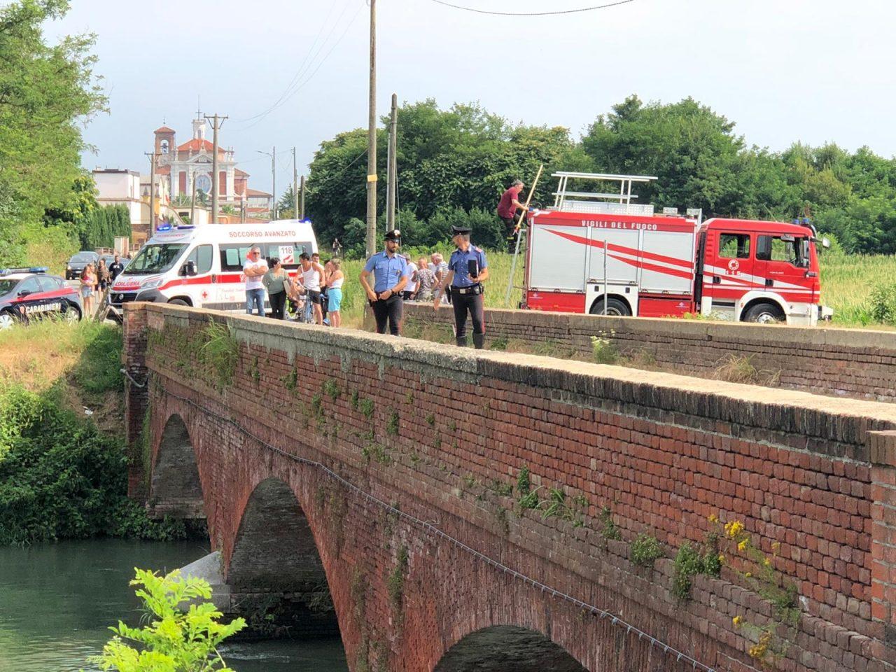 Uomo si butta nel canale a Chivasso e muore. Il cadavere è stato recuperato all