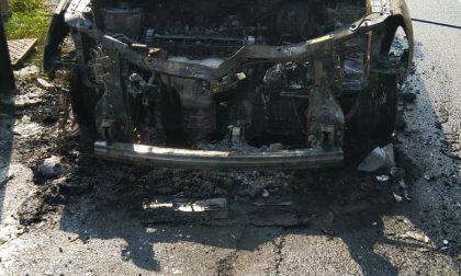 In fiamme auto Gpl, salvi i passeggeri a bordo
