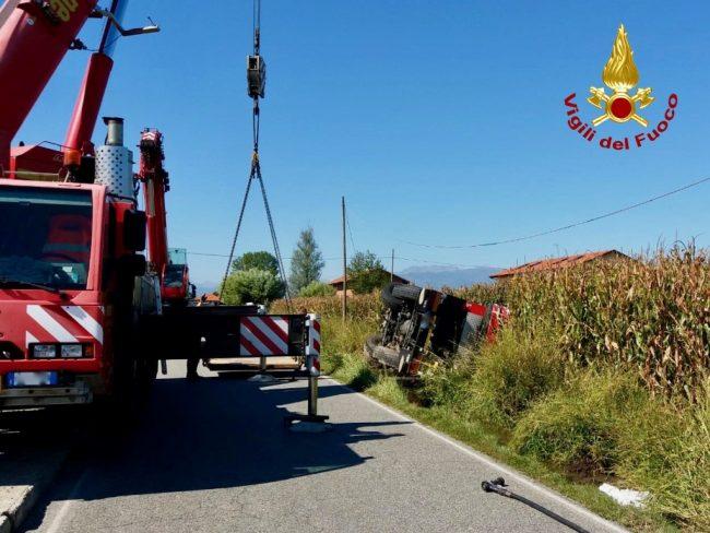 Autocarro si ribalta nel fossato, intervengono anche i vigili del fuoco LE FOTO