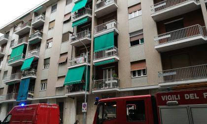 Fumo dal balcone, Vigili del fuoco al Villaggio Olimpia LE FOTO