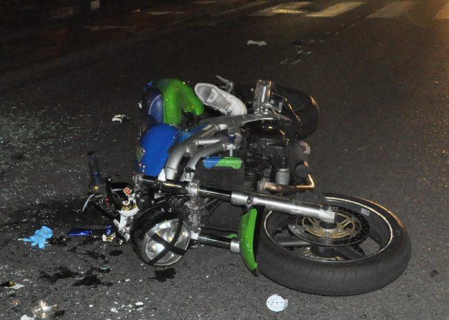 Scontro tra una moto e un'auto: morto un 24enne LE FOTO