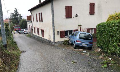 Perde il controllo dell'auto e finisce contro una casa a 91 anni LE FOTO